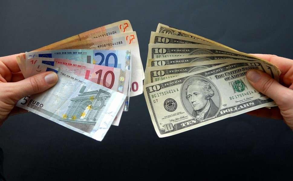 Покупать ли россиянам доллары